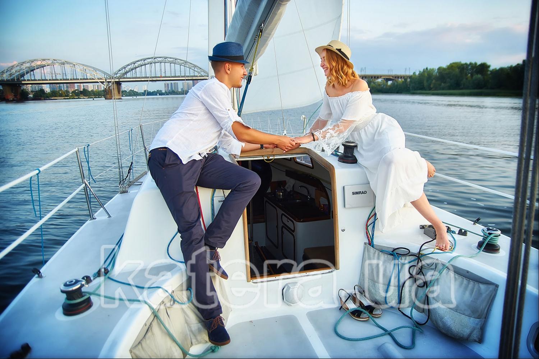 Девушка и парень на яхте Александра. Смотрят друг другу в глаза и держатся за руки - katera.ua