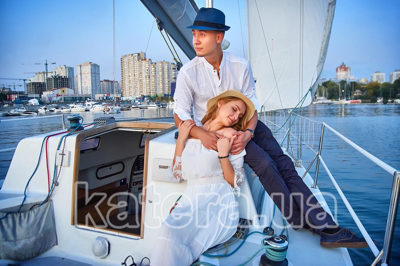 Девушка в объятиях любимого на яхте Александра: время замирает - katera.ua