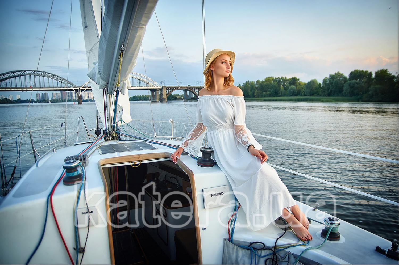 Белая яхта Александра, белоснежные паруса, и красивая девушка в белом платье смотрит вдаль - katera.ua