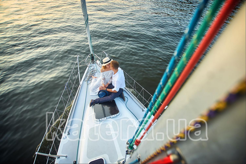 Когда на носу яхты парень обнимает девушку, возникает магия взаимного притяжения - katera.ua