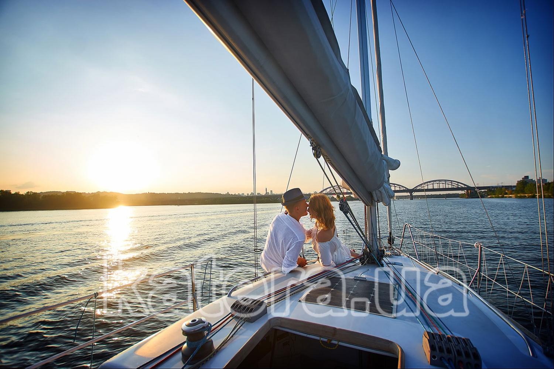 Парень дарит девушке закат на яхте Александра, а вместе с ним — свою любовь - katera.ua