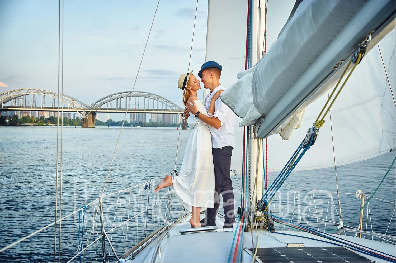Парень обнимает плечи девушки — дает ей понять, что развитие отношений в ее руках - katera.ua