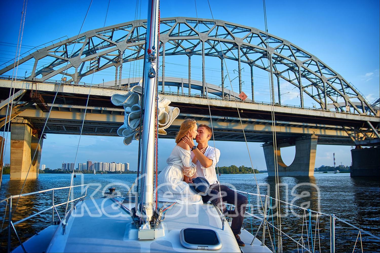 Красивая пара молодых людей нежно обнимает друг друга на борту яхты Александра - katera.ua