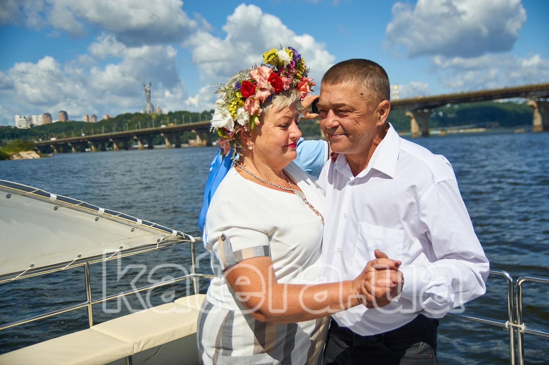 Муж с женой танцуют на борту катамарана Фиеста - katera.ua
