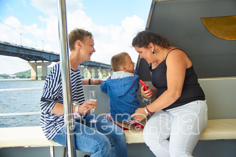 Гости отдыхают на борту яхты Фиеста - katera.ua