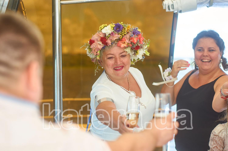 Гости поднимают бокалы на яхте Фиеста в честь виновника торжества - katera.ua