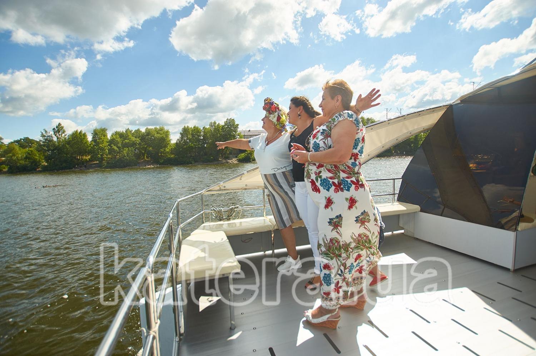 Отдыхающие наслаждаются видами Киева на носу яхты Фиеста - katera.ua