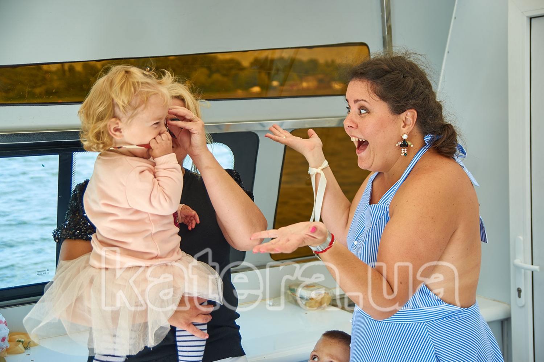Гости играют с детьми на яхте Фиеста - katera.ua
