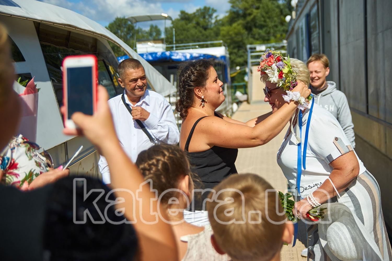 Гости на причале возле яхты Фиеста поздравляют именинницу с праздником - katera.ua