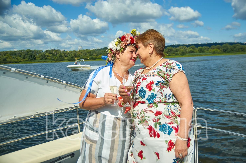 Именинница и ее подруга с бокалом шампанского на носу яхты Фиеста - katera.ua