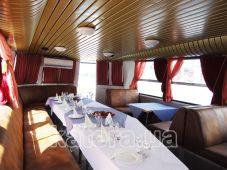 Закрытый салон с панорамными окнами и кондиционером на теплоходе Эней - Katera.ua