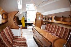 Стол и диваны в салоне яхты Дельта - Katera.ua