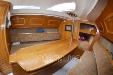 Стол и диваны в салоне на яхте Богема - Katera.ua
