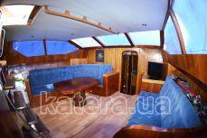 Стол и диваны на моторной яхте Астра - Katera.ua
