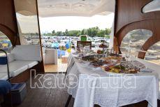 Стол и диваны в салоне на верхней палубе яхты Астра - Katera.ua