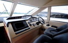 Пост управления яхтой Princess 50 в салоне - Katera.ua