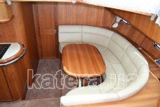Стол и диван напротив кухни на яхте Sea Wave - Katera.ua