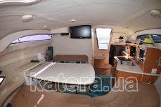 Стол и диваны внутри салона на яхте Бейлайнер 2655 - Katera.ua