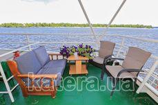 Столик, диван и стулья на летней площадке теплохода Резон - Katera.ua