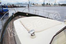 Места для загара в носу на яхте Фридом - Katera.ua
