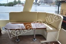 Диван и стол в кокпите на яхте Фридом - Katera.ua