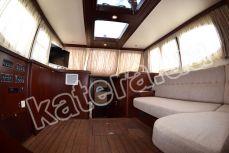 Диван и телевизор в салоне на яхте Фридом - Katera.ua