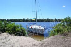 Яхта Глори стоит возле острова Ольгин - Katera.ua