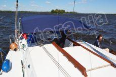 Гости отдыхают в кокпите под тентом на яхте Глори - Katera.ua
