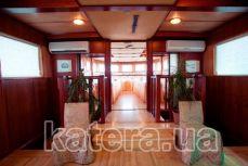 Вход в П-образный салон на теплоходе Серебряный бриз - Katera.ua