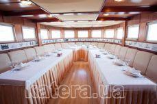 Носовой банкетный зал на нижней палубе теплохода Серебряный Бриз - Katera.ua