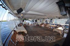 Полуоткрытая летняя терраса на верхней палубе теплохода Серебряный Бриз - Katera.ua