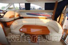 Стол и диван в салоне на яхте Принцесса 45 - Katera.ua