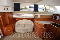 Небольшой диван в салоне на яхте Принцесса 45 - Katera.ua